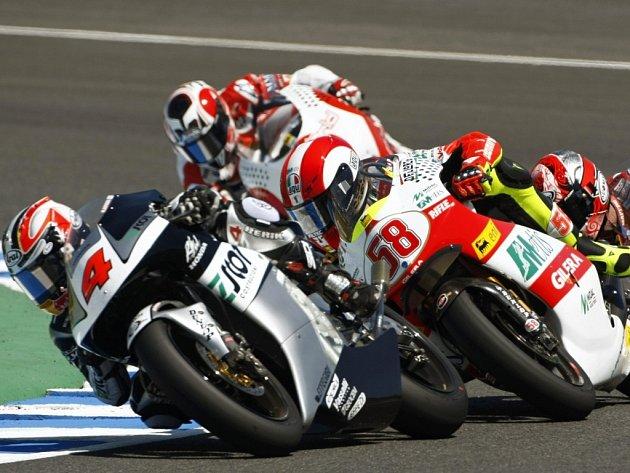 Hiroši Aojama (č. 4) bojuje ve třídě do 250 ccm o vítězství ve Velké ceně Španělska s domácím oblíbencem Alvaro Bautistou (č. 58).