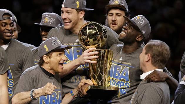 Basketbalisté Golden State Warriors se stali po čtyřiceti letech šampiony NBA.