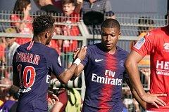 Neymar a Kylian Mbappé slaví branku do sítě Nimes.