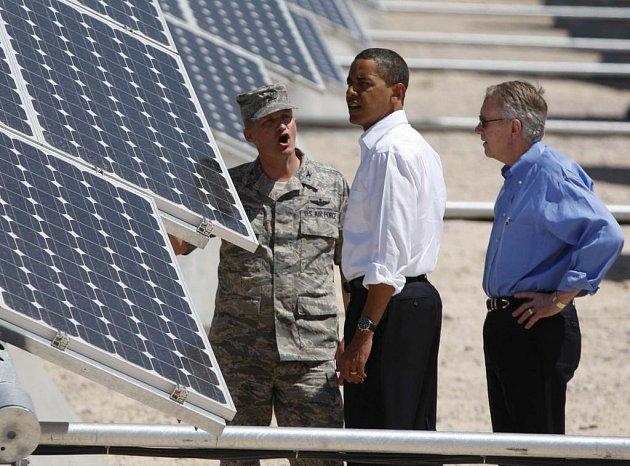 Barack Obama při inspekci na vojenské základně Nellis