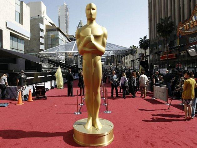 Socha zlatého plešouna už stojí na rudém koberci v LA. Propaguje nejslavnější filmové ceny světa, jež se letos budou předávat v noci z neděle na pondělí.