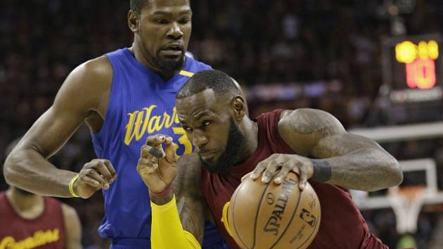 LeBron James z Clevelandu (v rudém) a Kevin Durant z Golden State.