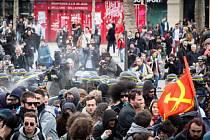 Zvláště napjatá byla atmosféra na Náměstí republiky, kde maskovaní protestující házeli židle nebo lahve na příslušníky pořádkových sil, které odpověděly použitím slzného plynu.