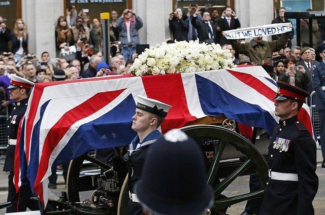 Slavnostní smuteční průvod s ostatky Margaret Thatcherové.