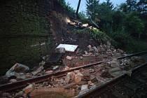 Na koleje se během bouře sesunula část svahu. Provoz na trati Praha, Veleslavín - Praha, Masarykovo nádraží tak byl přerušen
