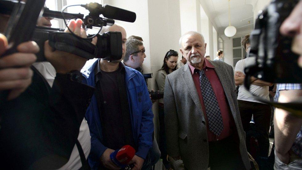 Na snímku advokát Nečasové Eduard Bruna (uprostřed) přichází k jednání.
