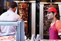 Tisíce lidí v Česku si dnes k večeři zřejmě dají kebab. Na facebooku je k tomu vyzvali iniciátoři akce Kebabem proti debilitě.
