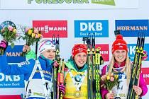Biatlonistka Eva Puskarčíková (vpravo) doběhla třetí ve stíhacím závodu Světového poháru v Pokljuce a poprvé v kariéře vybojovala umístění na stupních vítězů. Závod jasně vyhrála Laura Dahlmeierová (uprostřed) z Německa před Finkou Kaisou Mäkäräinenovou.