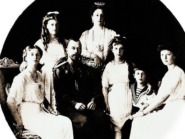 Jeden z posledních snímků celé rodiny cara Mikuláše II. z roku 1917. Zleva kněžny Olga a Marie, car s chotí Alexandrou Fjodorovnou, kněžna Anastázie, carevič Alexej a kněžna Taťjána.