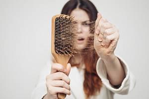 Nedostatek železa (anémie) je jednou z nejčastějších příčin vypadávání vlasů u žen. Tento prvek je nezbytný pro produkci bílkovin vlasových buněk, bez něj budou vaše lokny trpět.