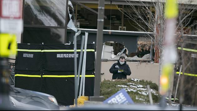 Policista před supermarketem ve městě Boulder v americkém státě Colorado, kde střelec zabil nejméně deset lidí (na snímku z 23. března 2021)
