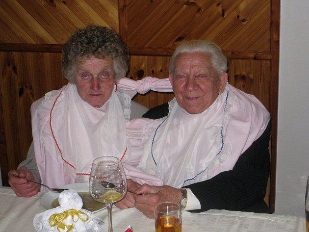 Při slavnostním obědě s láskou krmil Karel Marii a naopak. Nechyběli ani svatební bryndáčky.