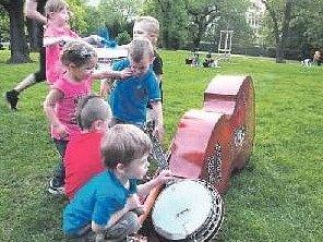 11. KVĚTEN. Děti muzikanta Iva Traxmandla na Kampě.
