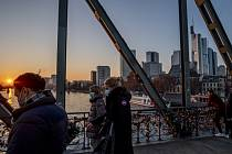 Lidé s rouškami ve Frankfurtu