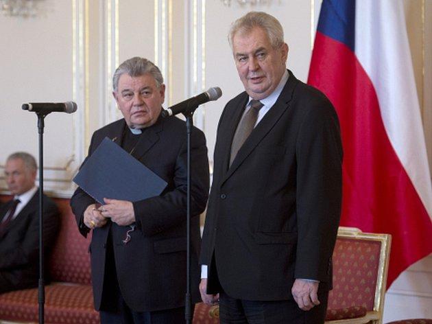 Prezident Miloš Zeman (vpravo) a kardinál Dominik Duka (druhý zprava) vystoupili 4. března na tiskové konferenci na Pražském hradě po podpisu dokumentů řešících restituční nároky katolické církve k některým nemovitostem v areálu Pražského hradu.