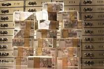 Pětitisícové bankovky, české koruny, trezor - ilustrační foto.