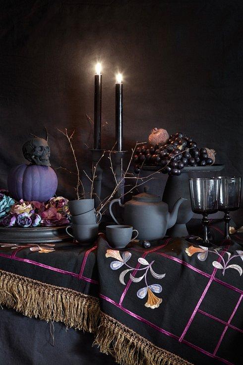 Už vás nebaví vyřezávat tradiční hlavy? Tajemnou, lehce strašidelnou atmosféru navodí i halloweenské zátiší, kde využijete kromě dýně také staré vázy, konvičky nebo talíře. Vytvořte si vmístnosti kout stmavým pozadím a naaranžujte vše na stůl či komodu