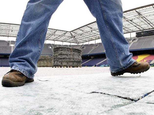 Zatímco v Salcburku práce na fotbalovém stadionu, kde se bude hrát Euro 2008, finišují, v Polsku a na Ukrajině mají pořadatelé Eura 2012 problémy.