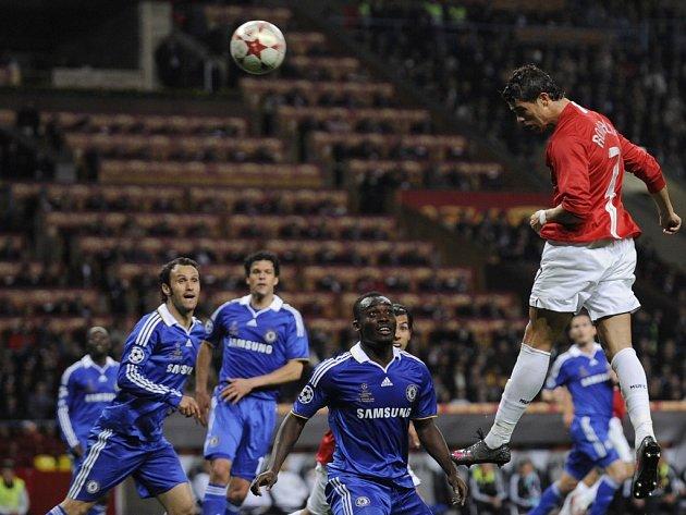 Roinaldo se zbavil svého strážce Essiena a míč z jeho hlavy míří za Čechova záda.