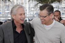 COMEBACK. Michael Douglas, který se po boji s rakovinou vrátil před kameru, se svým hereckým kolegou Mattem Damonem.