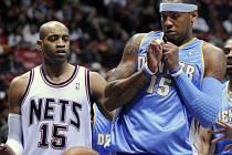Výraz Carmela Anthonyho (vpravo) jako by naznačoval, že hráčům Denveru se v utkání na půdě New Jersey do boje příliš nechtělo. Nets jim tak připravili nejvyšší porážku v sezoně (vlevo Vince Carter).
