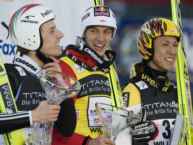 Rakušan Gregor Schlierenzauer (uprostřed) vyhrál závod SP ve Willingenu. Pro druhé místo si skočil Švýcar Simon Amman a třetí byl Japonec Noriaki Karsai.