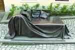 Příbor, rodišzě Sigmunda Freuda. Před muzeem je umístěna měděná pohovka, která představuje vyšetřovací pohovku pro pacienty psychologů.