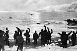 Záchrana. Snímek Franka Hurleye zachytil radostný moment, kdy se Ernest Shackleton vrátil pro členy expedice uvězněné na Sloním ostrově.