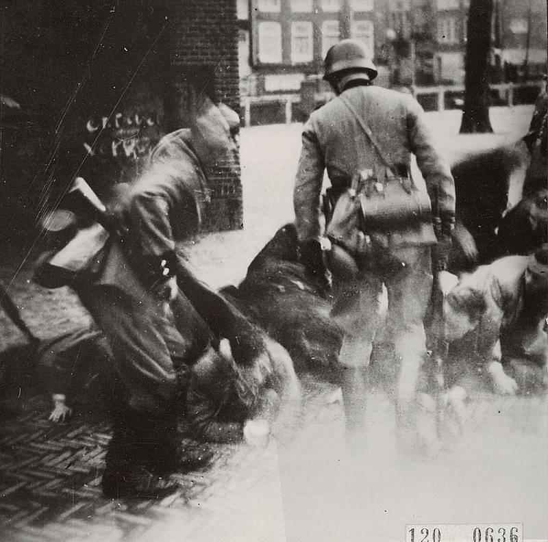 Němečtí vojáci během zátahu proti židovským obyvatelům Amsterdamu
