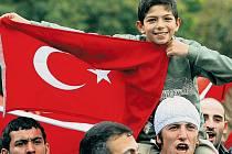 Turečtí nacionalisté hlasitě řinčí zbraněmi. Mladí Turci požadují, aby byli okamžitě rekrutováni do armády a mohli se zúčastnit plánovaného tažení proti kurdským základnám na severu Iráku.