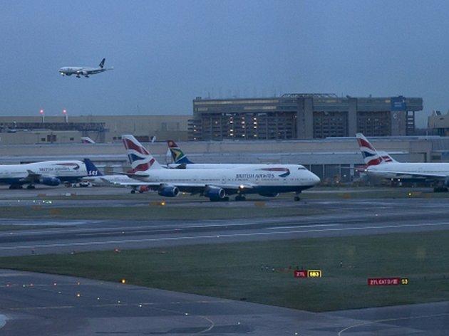 Sedmnáct bývalých a současných zaměstnanců britských aerolinek se chystá podat soudní žalobu kvůli tomu, že údajně během práce na palubě letadel museli vdechovat jedovaté látky.