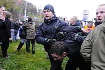 Potyčkami mezi přívrženci krajně pravicové Dělnické strany sociální spravedlnosti a studenty skončily v Brně 17. listopadu dvě na sobě nezávislé demonstrace, které policisté pustili k sobě.