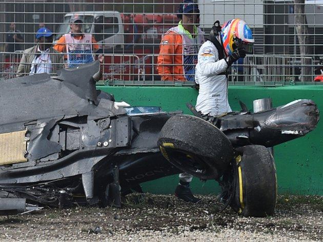 Fernando Alonso měl v Austrálii těžkou nehodu, zničený monopost naštěstí opustil nezraněn.