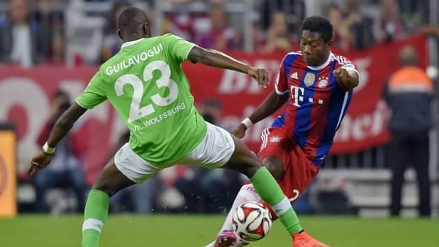 David Alaba z Bayernu Mnichov (vpravo) a Joshua Guilavogui z Wolfsburgu.