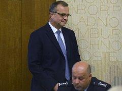 Ministr financí Miroslav Kalousek přichází na jednání sněmovního bezpečnostního výboru, který 13. července v Praze projednával Kalouskovy výroky na adresu policie v souvislosti s vyšetřováním nákupu letadel CASA pro armádu. Vpravo na snímku je policejní p