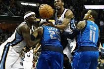 Mike Conley z Memphisu (uprostřed) se snaží probít obranou Dallasu.