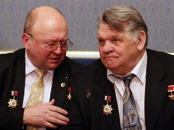 Vladimír Remek (vlevo) s ruským kosmonautem Alexejem Gubarevem.