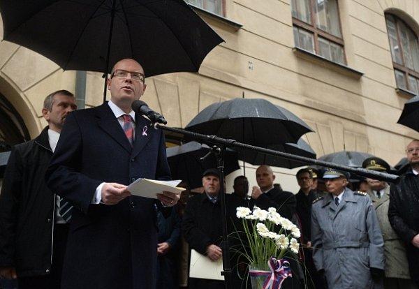 Premiér Bohuslav Sobotka hovoří 17.listopadu kúčastníkům pietního shromáždění kuctění památky studentů Hlávkovy koleje, kteří se vroce 1939stali oběťmi nacistické persekuce.