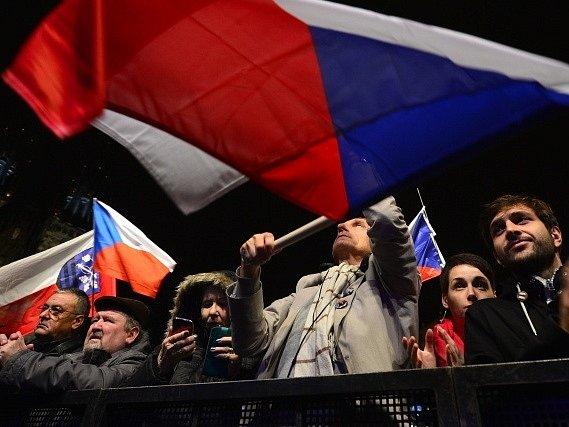Na Staroměstské náměstí v Praze lidé čekají na zahájení akce oslav 28. října, kterou svolal jako alternativu k oficiálním oslavám na Pražském hradě místopředseda Sněmovny a šéf STAN Petr Gazdík.