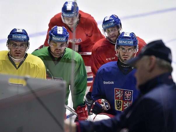 Na snímku jsou (zleva) Tomáš Voráček, Milan Doudera, Tomáš Vincour a Josef Hrabal (druhý zprava).