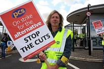 Británii ve čtvrtek postihla jednodenní stávka statisíců státních zaměstnanců, která je zatím nejrozsáhlejším protestem proti politice koaliční vlády konzervativců a liberálních demokratů, jež prosazuje výrazné rozpočtové škrty.