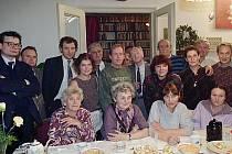 Charta 77 v listopadu 1992. Stojící zleva A. Vondra, J. Litomiský, M. Palouš, K. Princová, J. Dienstbier, V. Havel, J. Hájek, E. Joachimová, J. Ruml, V. Roubalová, M. Lehký, J. Vančura, sedící zleva J. Sternová , L. Šilhánová, D. Němcová a A. Šabatová