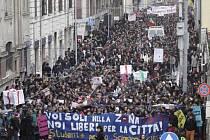 Desetitisíce studentů ve středu opět demonstrovaly ve velkých italských městech proti vládní reformě vysokých škol, kterou právě projednává tamější Senát.V Palermu a v Miláně se manifestanti střetli s policií, v Římě se akce obešla bez incidentů.