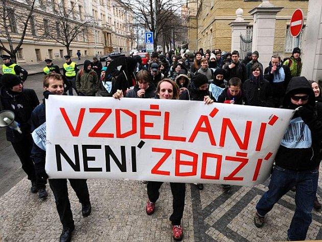 """Aktivisté studentské iniciativy Vzdělání není zboží! se vydalo z Albertova na demonstrativní pochod Prahou proti údajné """"komodifikaci"""" vzdělávání a podřizování vysokých škol tržní logice."""