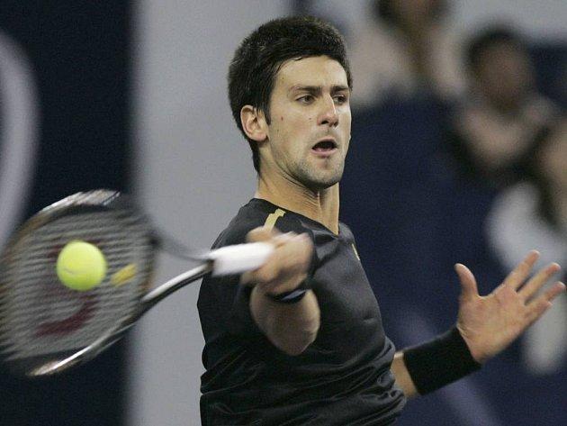 Novak Djokovič returnuje míček Argentince Del Potra.