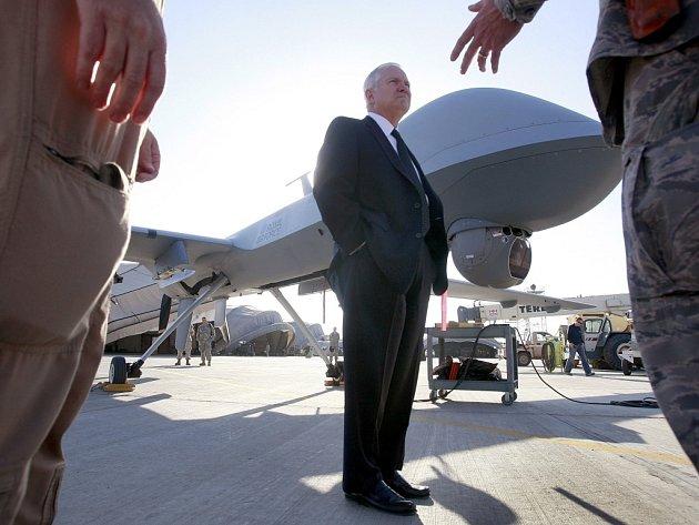 Americký ministr obrany Robert Gates před bezpilotním letounem na letišti v afghánském Kandaháru.