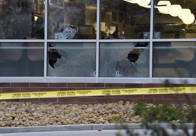 Několik projektilů rozbilo i okna restaurace