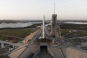 Start rakety Falcon 9. Nosný modu přistál zpět na Zemi.