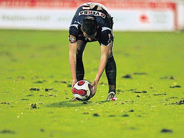 UŽ NE. Podobné nefotbalové terény už by hráče tentokrát neměly zaskočit.
