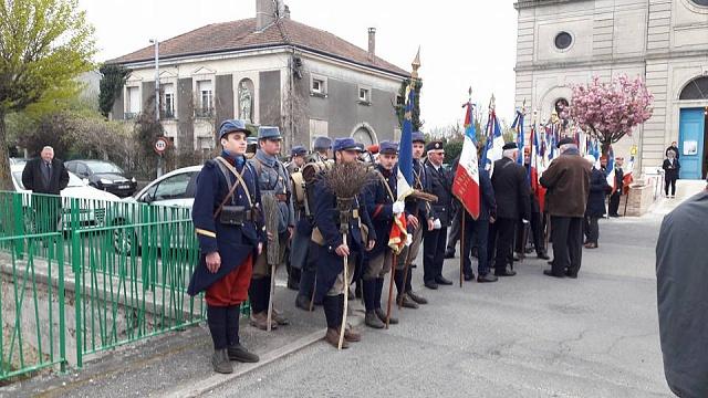 Členové francouzské vojensko-historické asociace se na protest proti zákazu zbraní vyzbrojili košťaty